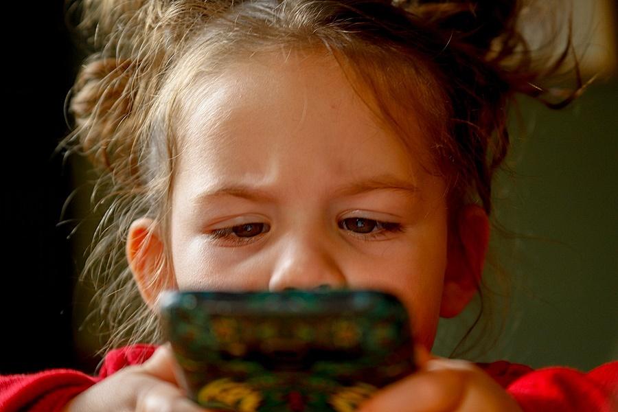 Mobilfüggő kisgyermek