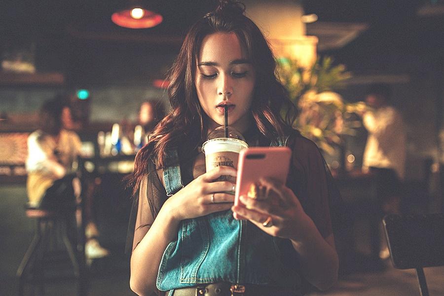 Mobilfüggő - kávézás közben is